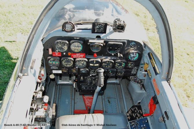 DSC_0049 Cockpit Beech A-45 (T-34) Mentor CC-KST Club Aéreo de Santiago © Michel Anciaux
