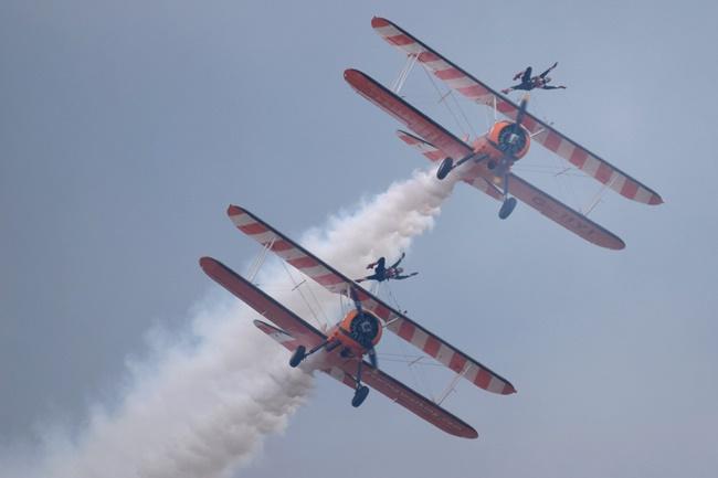 DSC_2858 Aerosuperbatic Wing Walking Team © Michel Anciaux